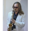 Выступление саксофониста на празднике,  саксофонист  и диджей